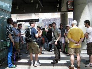 Sidewalk talk. Photo by MN.